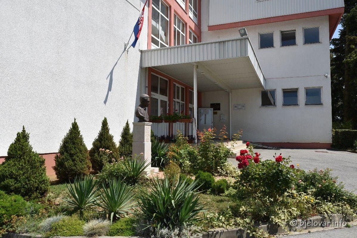 Općine Kapela i Rovišće osigurale dodatne obrazovne materijale za svoje učenike – Ravnateljica Anamarija Tuškan zahvalila