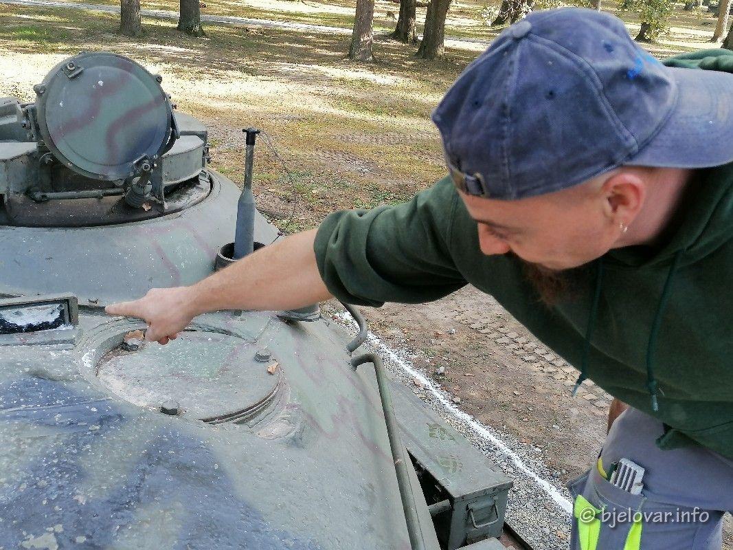 (FOTO) VANDALIZAM NA BARUTANI - Uništen izloženi eksponat tenk T55