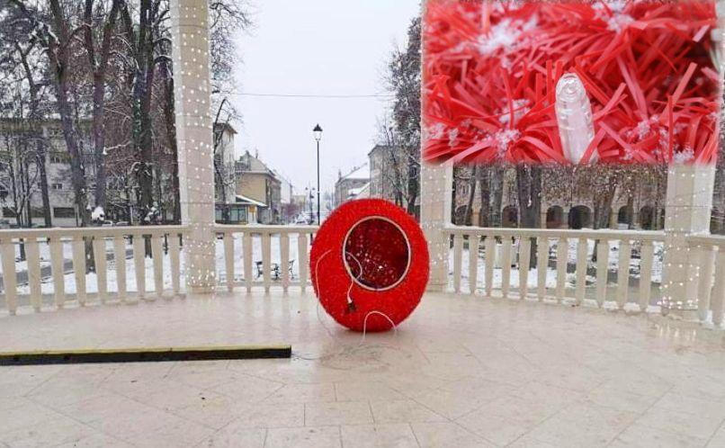Nepoznati počinitelj oštetio veliku crvenu božićnu kuglu na bjelovarskom paviljonu