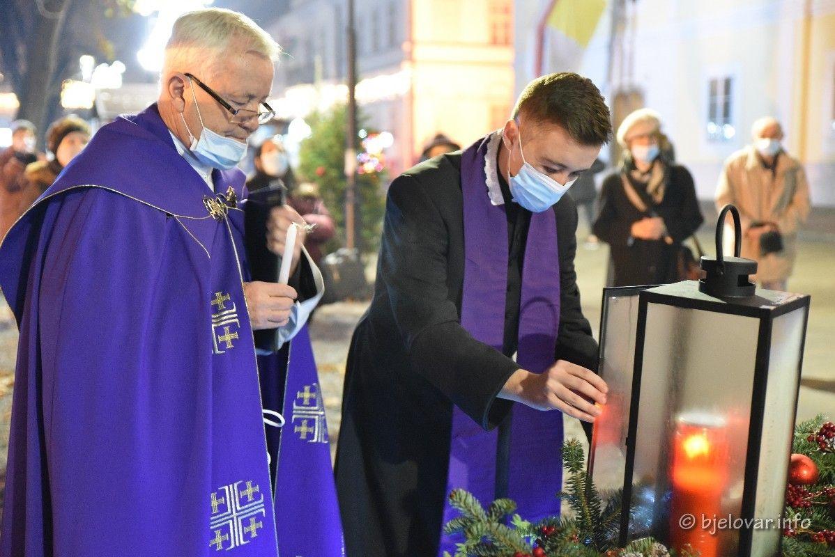 (FOTO) Upaljena druga adventska svijeća u Bjelovaru - bjelovar.info