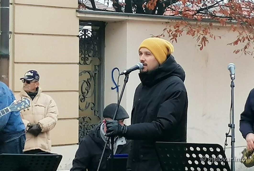 (FOTO) Korona kriza nije zasjenila Božićni koncert u Bjelovaru - Dokaz je 'Ulična božićna priča'