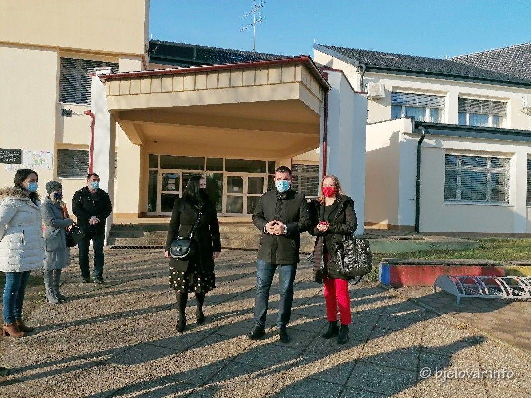 PRVA OSNOVA ŠKOLA BJELOVAR zasjala u novom ruhu - Gradonačelnik Hrebak obišao školu