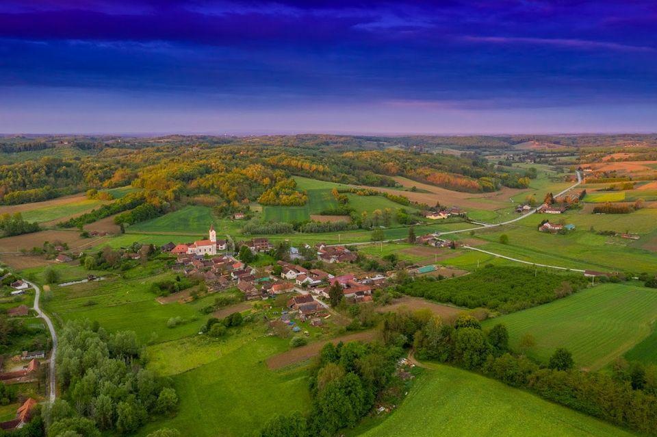 Mala sela iznad kojih se uzdižu crkveni tornjevi