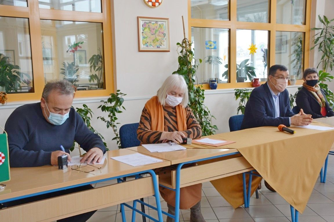 (FOTO) Kreće temeljita obnova škole u Đulovcu i sportske dvorane - Potpisan ugovor s izvođačem radova