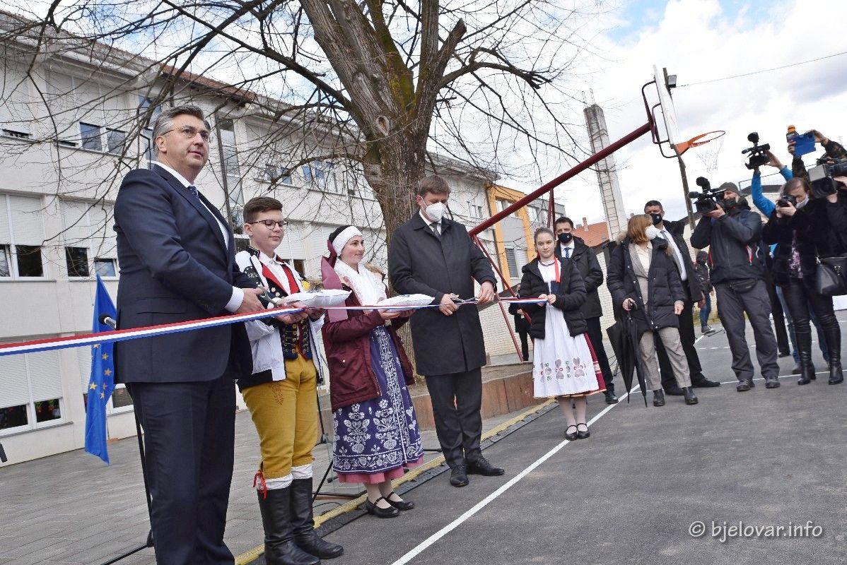 (FOTO) Premijer Andrej Plenković u Daruvaru otvorio novouređene prostore Češke osnovne škole i Češkog dječjeg vrtića