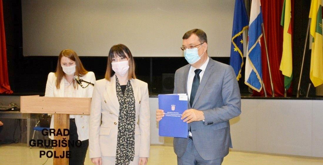 Ministrica Tramišak uručila županu Damir Bajsu ugovore o sufinanciranju za tri županijska projekta