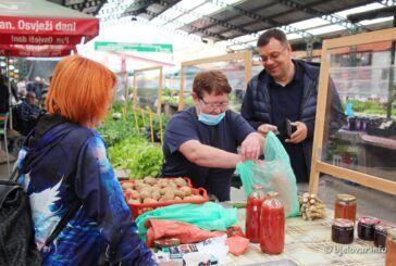 Damir Bajs, kandidat za župana družio se s građanima na Gradskoj tržnici u Bjelovaru