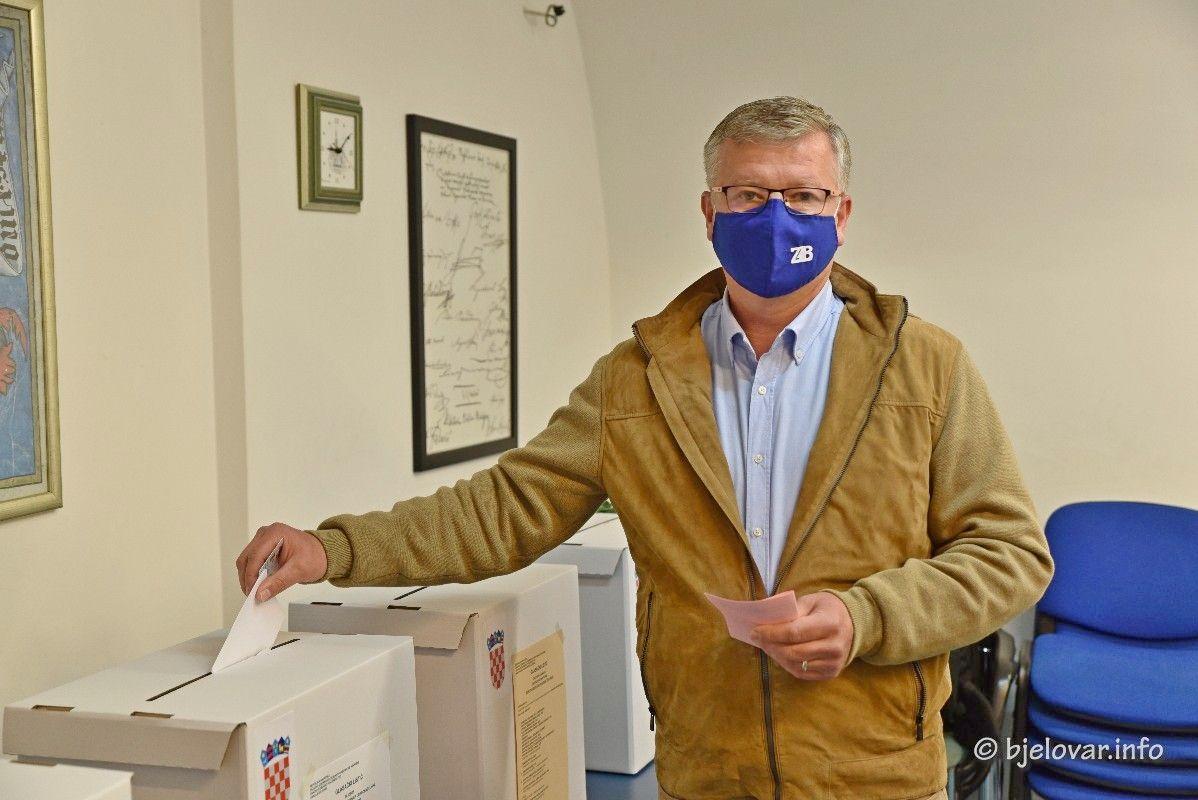 HDZ-ov kandidat za gradonačelnika Zoran Bišćan u pratnji supruge izašao na lokalne izbore