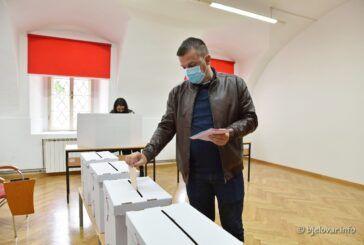 HSLS-ov kandidat za gradonačelnika Dario Hrebak u pratnji supruge i djece izašao na lokalne izbore