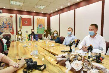 [FOTO] Župan Marušić potpisao 11 novih ugovora s liječnicima i medicinskim osobljem – Do sada je potpisano 145 ugovora