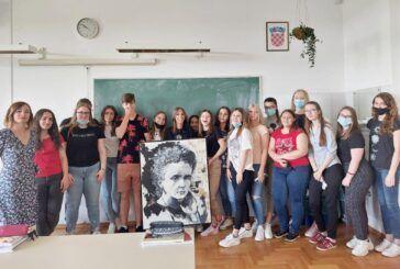 Bivša učenica Medicinske škole Bjelovar darovala školi dva portreta velikih žena Marie Skłodowske-Curie i Ivane Brlić Mažuranić