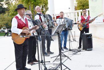 Bjelovarski park ponovno je bio mjesto susreta umirovljenika: Druženje uz pjesmu!